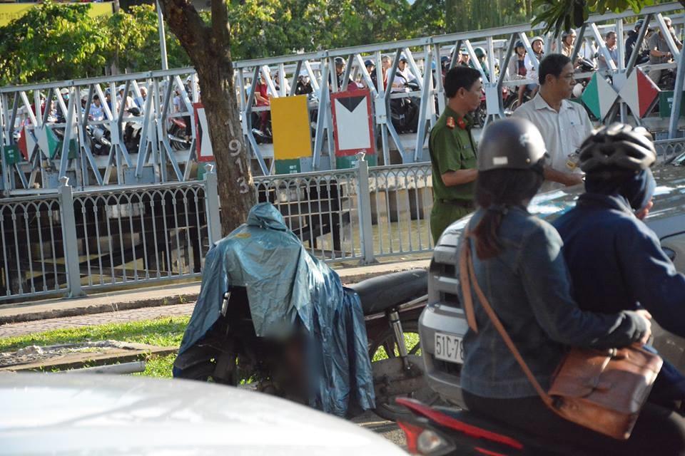 Đời sống: Người đàn ông gục chết trên xe máy ven đường ở Sài Gòn