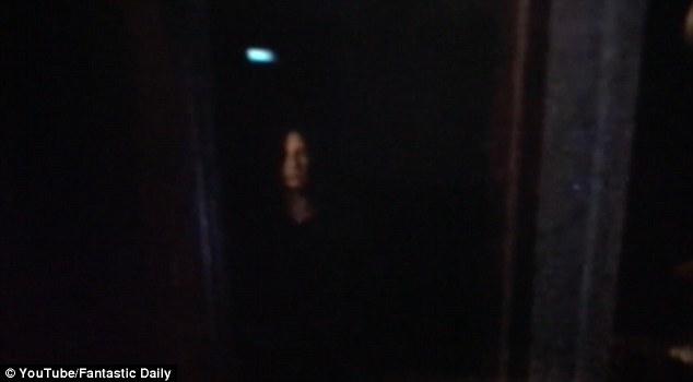 Người đàn ông lắp camera trước cửa nhà, anh giật mình khi thấy cô bé tròng mắt đen trong truyền thuyết - Ảnh 2.