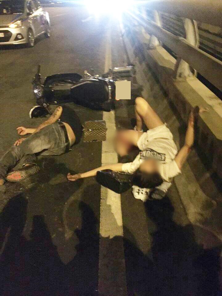 Đời sống: Hà Nội: Cô gái trẻ bị gãy gập chân vẫn bình tĩnh nằm bấm điện thoại sau va chạm giao thông
