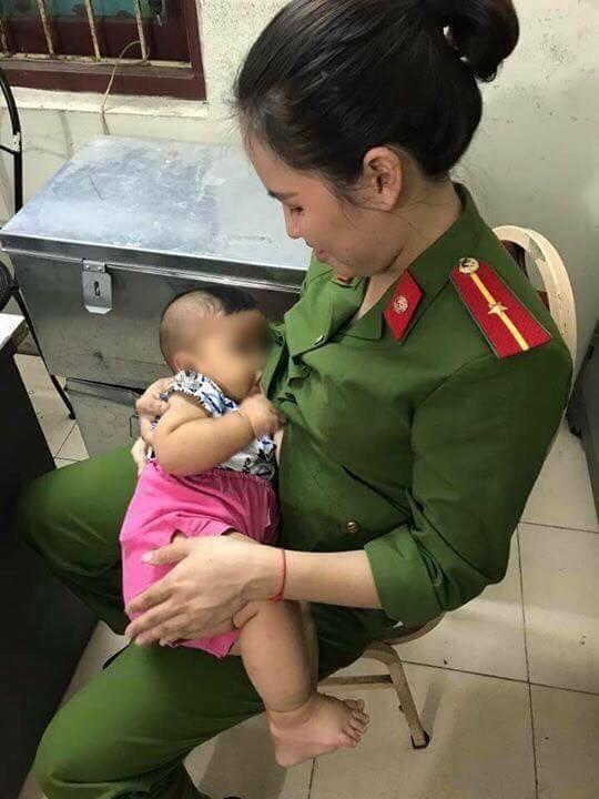Đời sống: Hà Nội: Bé trai khát sữa bị mẹ bỏ rơi trong nhà nghỉ, nữ công an động lòng cho bú và đưa về nhà chăm sóc