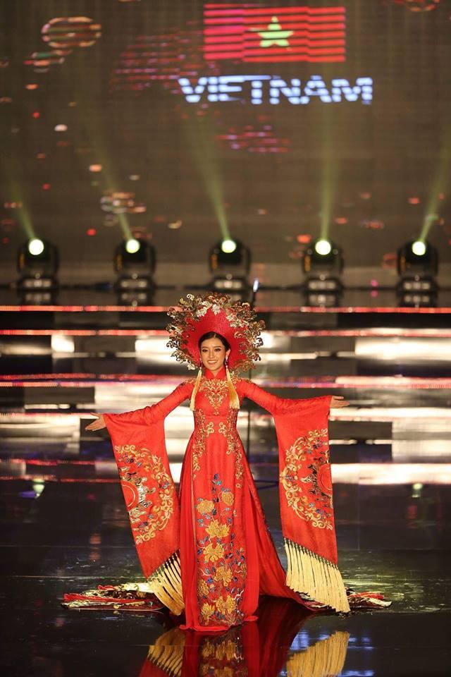Bị cảm đột ngột, Huyền My xin lỗi vì không thể dõng dạc hô to hai tiếng Việt Nam trong phần thi trang phục dân tộc - Ảnh 3.