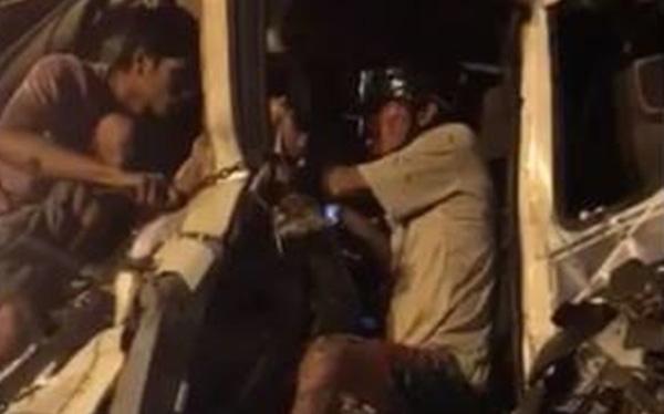 Thừa Thiên-Huế: Giải cứu tài xế bị mắc kẹt trong cabin sau va chạm kinh hoàng