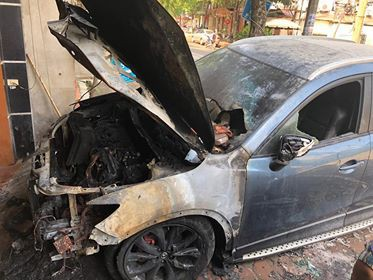 Clip ghi lại cảnh xe Mazda CX-5 bị người lạ mặt châm lửa đốt trong đêm tại Hà Nội - ảnh 2
