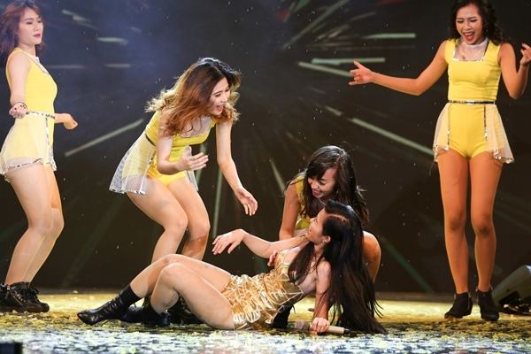 Vồ ếch từ nhẹ nhàng đến sấp mặt trên sân khấu vẫn không hề làm khó loạt sao Việt - Ảnh 4.