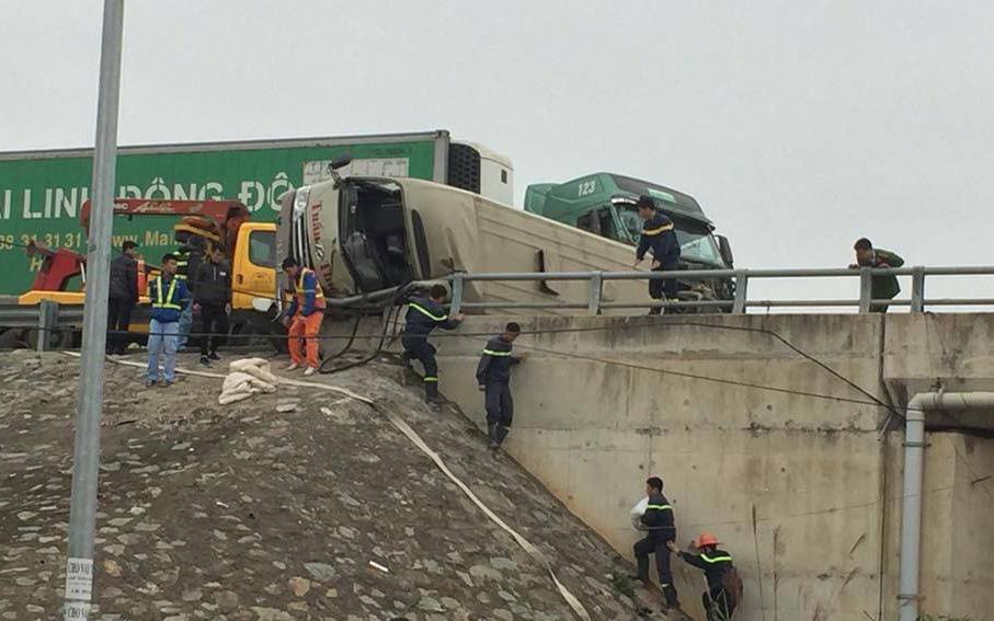 Container đâm vào xe khách trên cao tốc Nội Bài - Lào Cai, hai hành khách bị thương