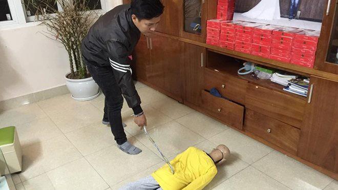 Lời khai của người bố cùng mẹ kế đánh đập con trai 10 tuổi rạn sọ não: Do con nghịch ngợm lâu ngày - Ảnh 1.