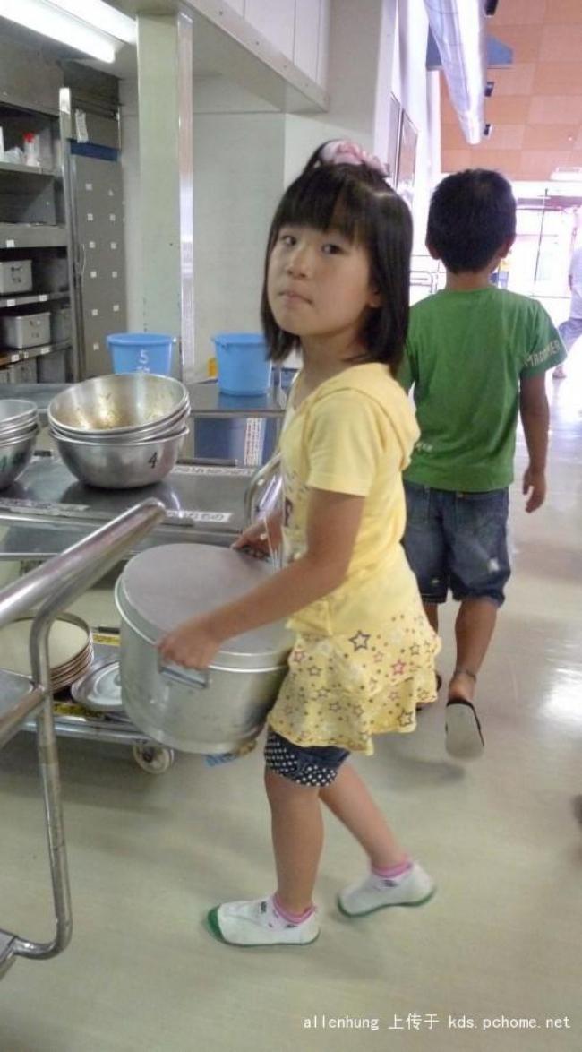 Một bữa trưa đạm bạc của trẻ em Nhật sẽ khiến nhiều người phải cảm thấy hổ thẹn, và đây là lý do 17