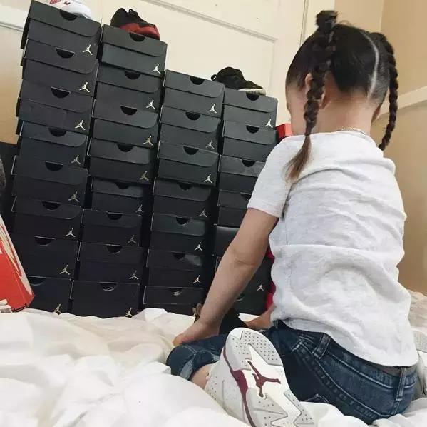 Mới 4 tuổi, cô nhóc này đã sở hữu hàng chục đôi sneakers đình đám khiến người lớn phải kiêng dè - Ảnh 2.