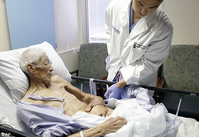 Bác sĩ khâu bàn tay bị bỏng nặng của cụ ông 87 tuổi vào bụng, chỉ 3 tuần sau, kỳ tích đã xảy ra - Ảnh 1.