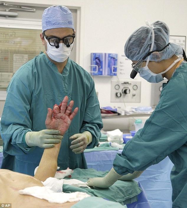 Bác sĩ khâu bàn tay bị bỏng nặng của cụ ông 87 tuổi vào bụng, chỉ 3 tuần sau, kỳ tích đã xảy ra - Ảnh 4.