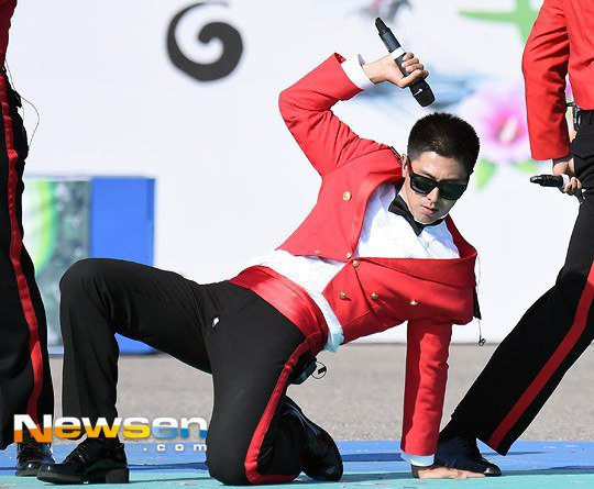 Thánh sự cố trang phục: Yunho (DBSK) lại rách quần hở cả nội y trên sân khấu - Ảnh 7.