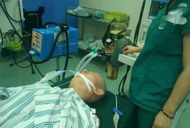Mẹ cạo đầu, lột da để cứu con trai 2 tuổi bị bỏng nặng vì ngã vào nồi nước sôi - Ảnh 2.