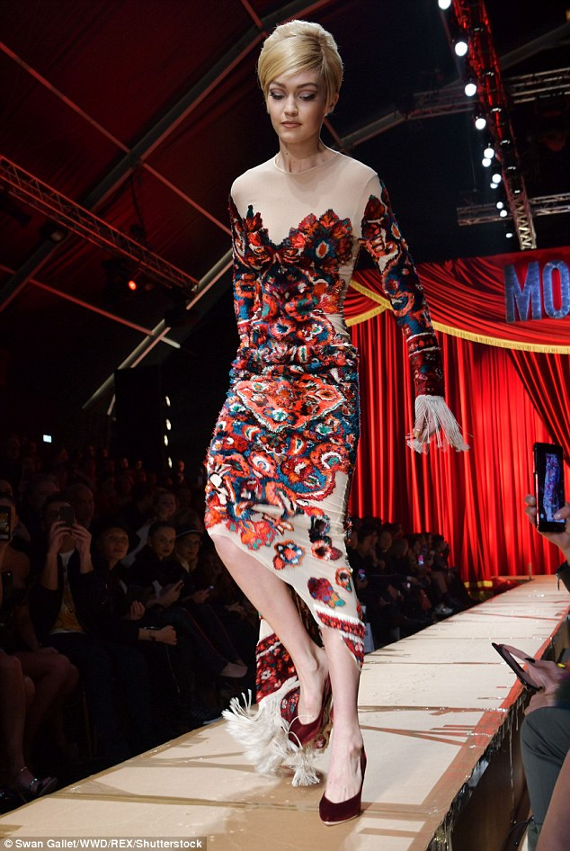 Váy có vướng vào gót giày cũng không thể làm Gigi Hadid vồ ếch vì cô nàng cao tay thế này cơ mà - Ảnh 5.