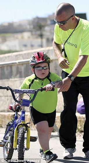 Dẫu mắc bệnh hiểm nghèo, cậu bé 8 tuổi vẫn cố gắng tập luyện thể thao và thành quả đầy bất ngờ - ảnh 3