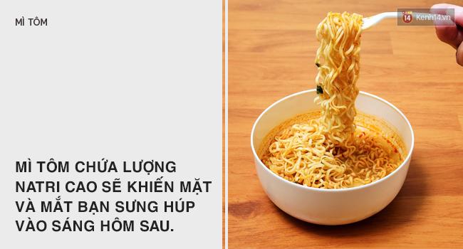 Ngủ dậy thấy mắt sưng húp thì có thể là do ăn quá nhiều những thực phẩm này - Ảnh 3.