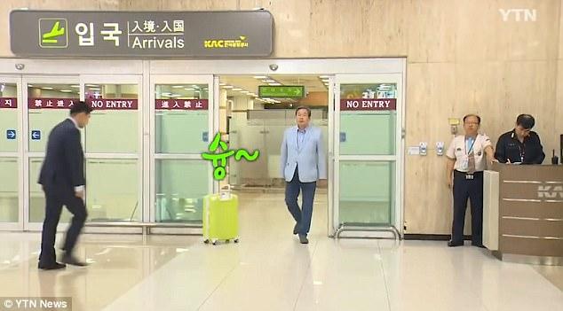 Chính trị gia Hàn Quốc gây tranh cãi vì màn xuất hiện như minh tinh tại sân bay 2