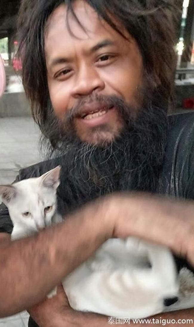 Sống lang bạt khắp nơi, nhưng người đàn ông vô gia cư vẫn nhịn đói đi bán chanh để kiếm tiền nuôi lũ mèo hoang 2