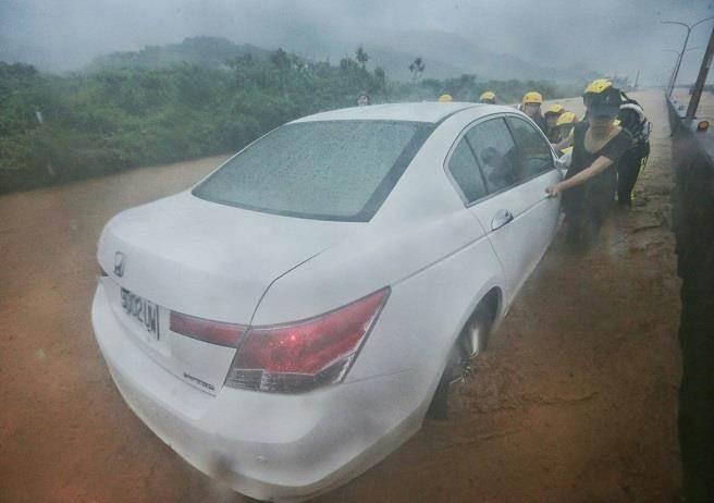 Người dân Đài Loan chật vật đối mặt với ngập úng khắp nơi bởi trận mưa lớn kỷ lục trong 17 năm qua 15