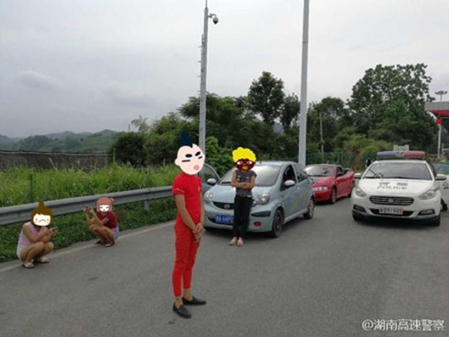"""Trung Quốc: 2 """"dân chơi nhí"""" lấy ô tô chở bạn gái đi hóng gió và cái kết đắng - Ảnh 3"""