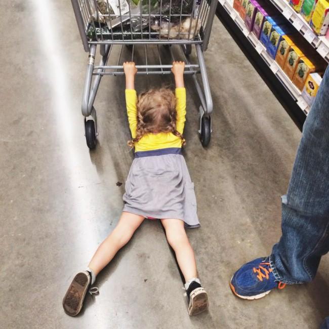 Nỗi khổ tâm của những ông bố, bà mẹ phải cho con đi shopping cùng - Ảnh 5.