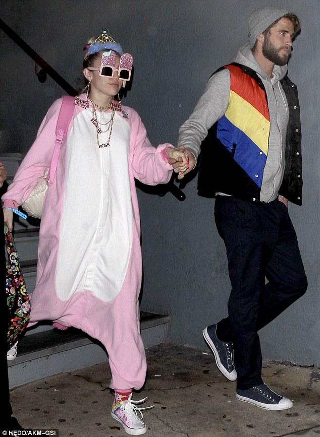 Không diện đồ hiệu đắt tiền, Miley lại ăn mặc cute như em bé đi mừng sinh nhật Liam - ảnh 1