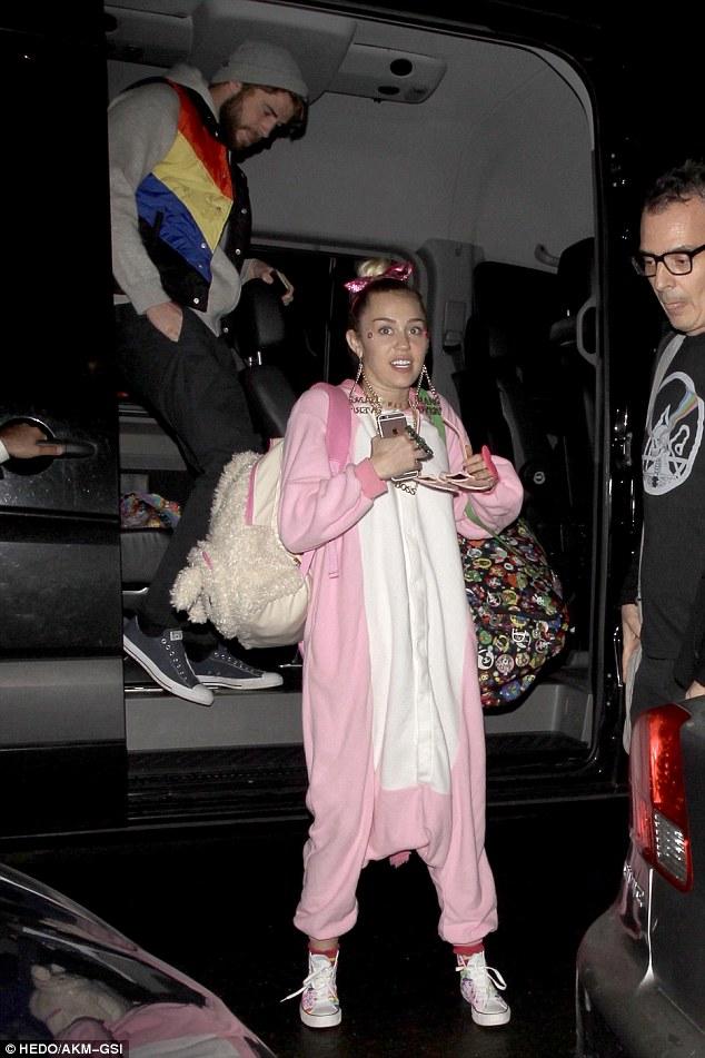 Không diện đồ hiệu đắt tiền, Miley lại ăn mặc cute như em bé đi mừng sinh nhật Liam - ảnh 3