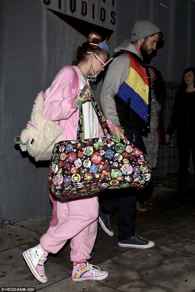 Không diện đồ hiệu đắt tiền, Miley lại ăn mặc cute như em bé đi mừng sinh nhật Liam - ảnh 4