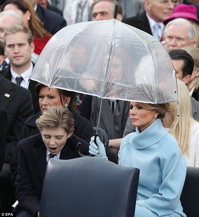 Cựu Tổng thống George W. Bush nghịch ngợm với mảnh áo mưa ngay trên hàng ghế VIP trong buổi lễ nhậm chức - Ảnh 7.