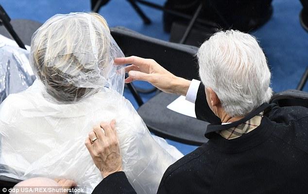 Cựu Tổng thống George W. Bush nghịch ngợm với mảnh áo mưa ngay trên hàng ghế VIP trong buổi lễ nhậm chức - Ảnh 6.