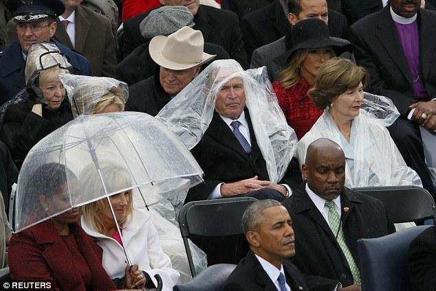 Cựu Tổng thống George W. Bush nghịch ngợm với mảnh áo mưa ngay trên hàng ghế VIP trong buổi lễ nhậm chức - Ảnh 1.