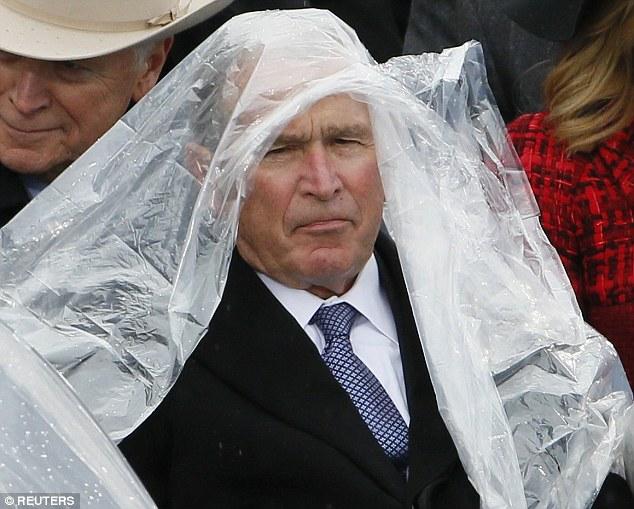 Cựu Tổng thống George W. Bush nghịch ngợm với mảnh áo mưa ngay trên hàng ghế VIP trong buổi lễ nhậm chức - Ảnh 5.