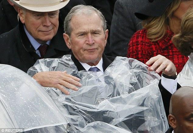 Cựu Tổng thống George W. Bush nghịch ngợm với mảnh áo mưa ngay trên hàng ghế VIP trong buổi lễ nhậm chức - Ảnh 4.