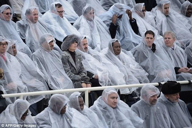 Cựu Tổng thống George W. Bush nghịch ngợm với mảnh áo mưa ngay trên hàng ghế VIP trong buổi lễ nhậm chức - Ảnh 8.