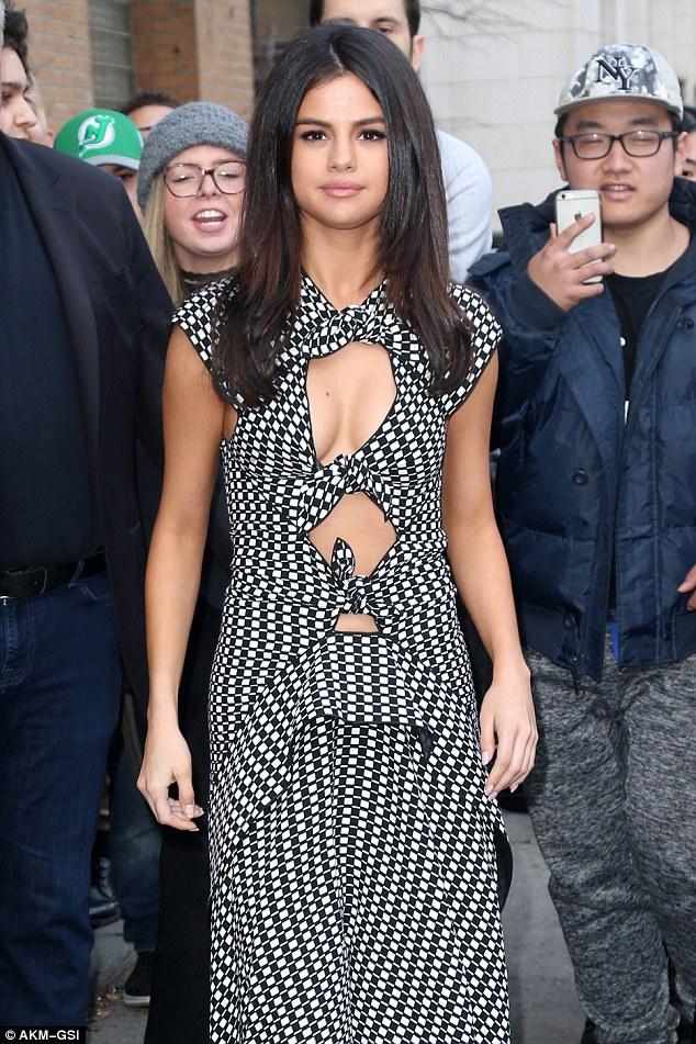 Hạnh phúc với tình yêu mới, Selena Gomez tăng cân và lộ mặt nọng - Ảnh 2.