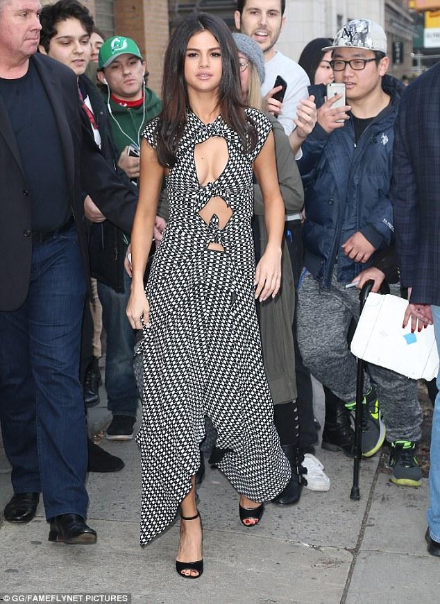 Hạnh phúc với tình yêu mới, Selena Gomez tăng cân và lộ mặt nọng - Ảnh 1.