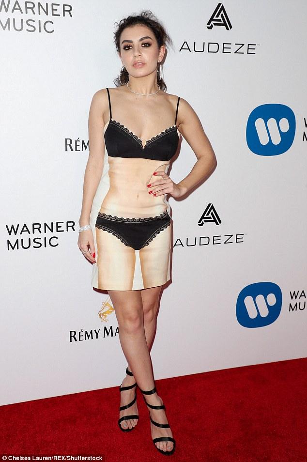 Thảm đỏ hậu Grammy: Charli XCX diện váy hình body độc đáo, đọ với vòng 1 của Katy Perry