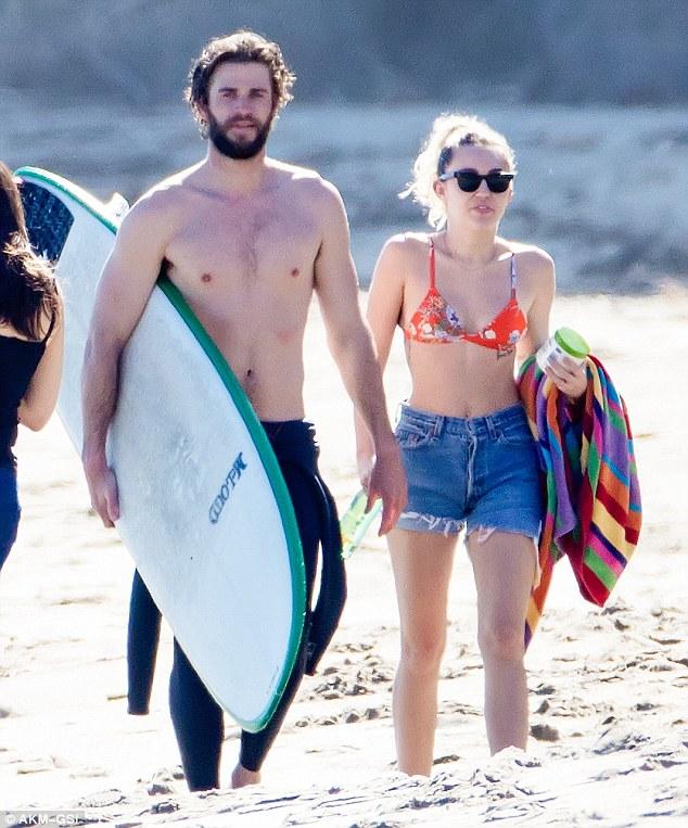 Đã hạnh phúc đáng ghen tị, Miley Cyrus - Liam Hemsworth còn có thân hình sexy cả đôi - Ảnh 2.