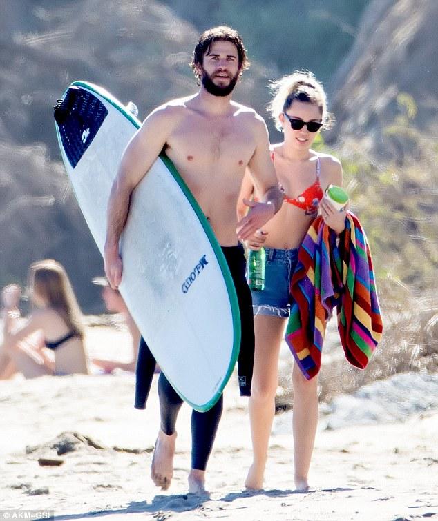 Đã hạnh phúc đáng ghen tị, Miley Cyrus - Liam Hemsworth còn có thân hình sexy cả đôi - Ảnh 1.