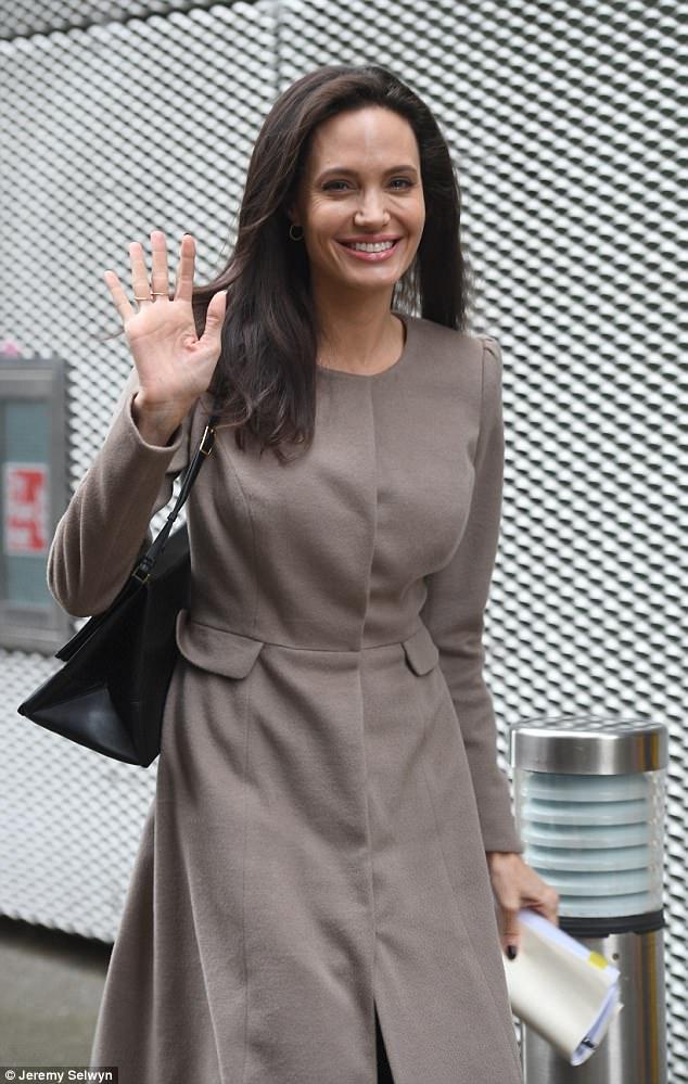 Biểu tượng gợi cảm như Angelina Jolie giờ đây cũng đã có nhiều vết chân chim trên mắt - Ảnh 1.
