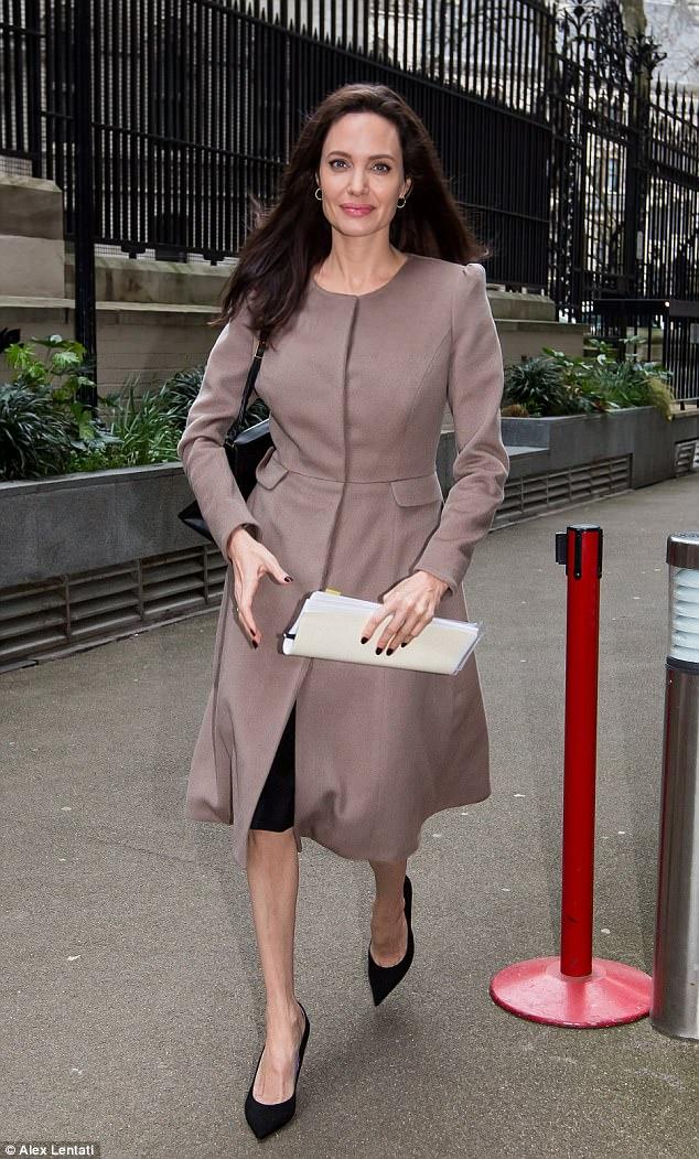 Biểu tượng gợi cảm như Angelina Jolie giờ đây cũng đã có nhiều vết chân chim trên mắt - Ảnh 6.