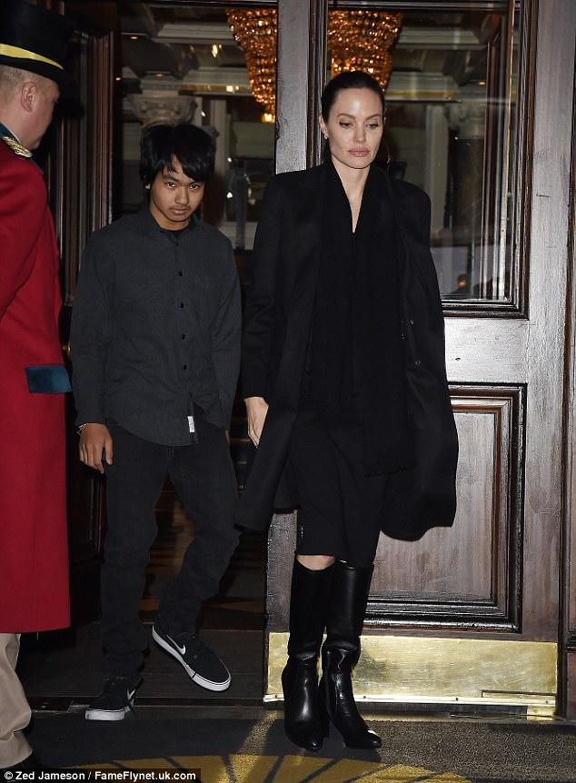 Biểu tượng gợi cảm như Angelina Jolie giờ đây cũng đã có nhiều vết chân chim trên mắt - Ảnh 9.