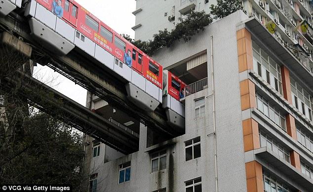Đặt chân lên chuyến tàu đặc biệt để trải nghiệm cảm giác chạy xuyên qua tòa nhà cao tầng ở Trung Quốc - Ảnh 4.