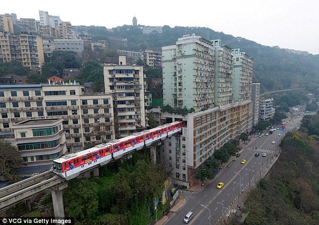 Đặt chân lên chuyến tàu đặc biệt để trải nghiệm cảm giác chạy xuyên qua tòa nhà cao tầng ở Trung Quốc - Ảnh 2.