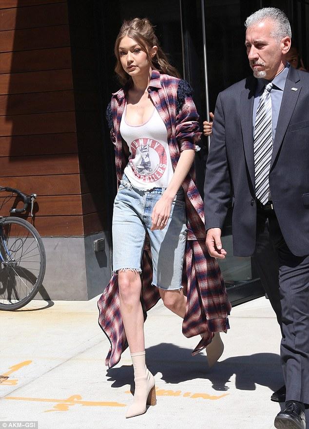 Chân thon dài, vòng 1 nóng bỏng, Gigi Hadid mặc áo thun quần jean mà vẫn sexy khó cưỡng - Ảnh 6.