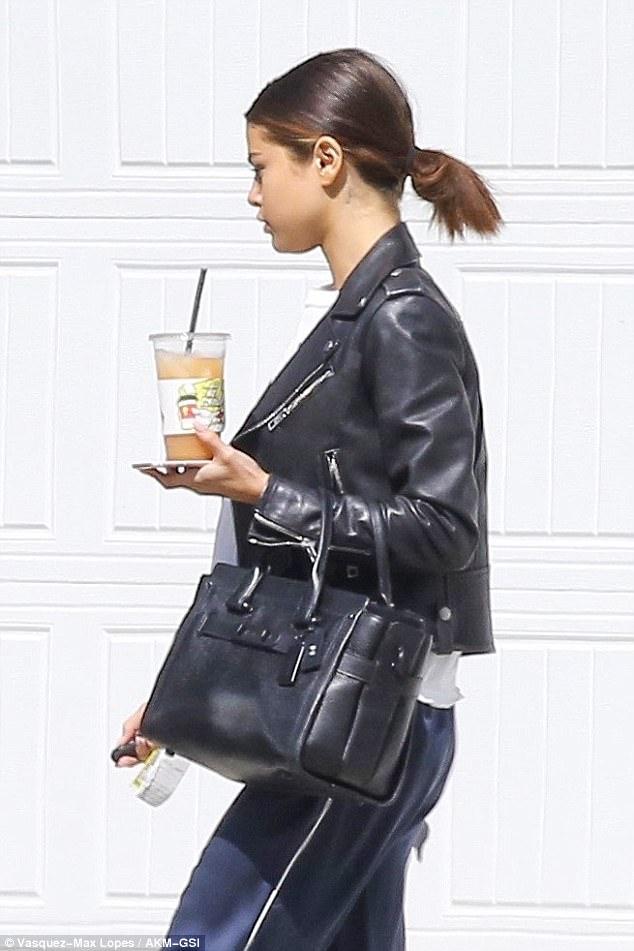 Selena Gomez dẫn The Weeknd về nhà qua đêm, còn mặc cả áo của bạn trai - Ảnh 1.