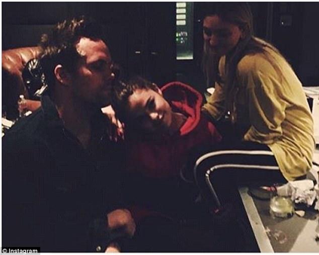 Selena Gomez dẫn The Weeknd về nhà qua đêm, còn mặc cả áo của bạn trai - Ảnh 4.