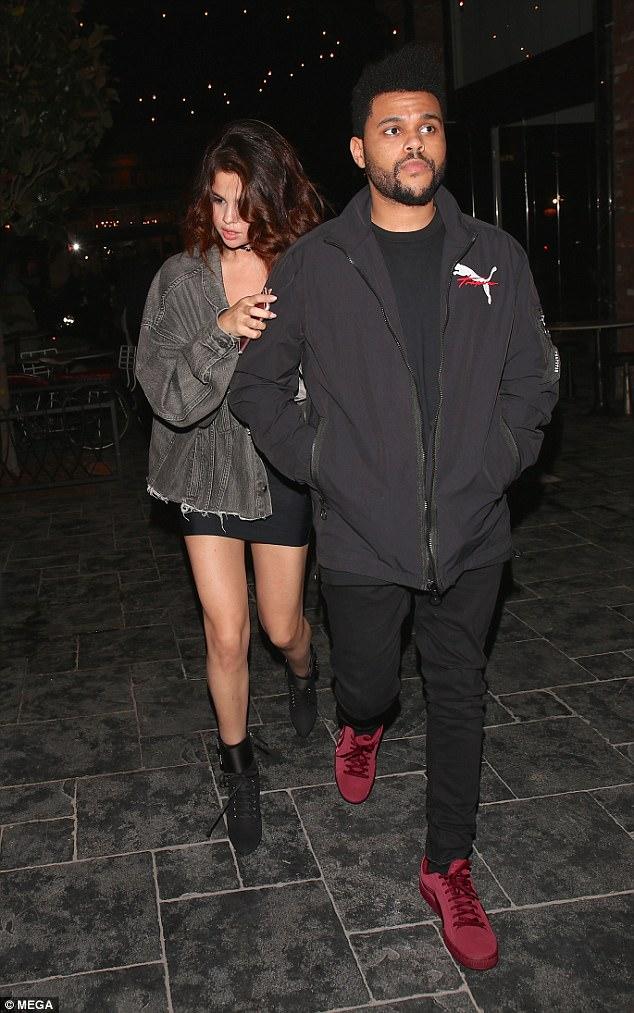 Selena Gomez dẫn The Weeknd về nhà qua đêm, còn mặc cả áo của bạn trai - Ảnh 5.