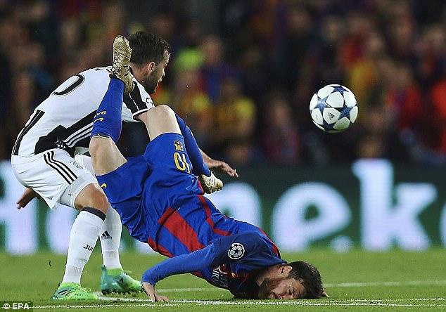 Bức ảnh Messi ngã sấp mặt gây bão - Ảnh 4.