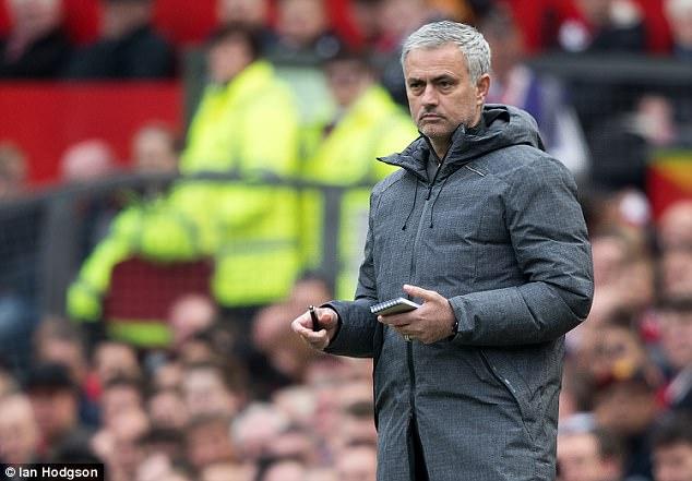 Mourinho hãy thôi lèm bèm, nhìn Sir Alex Ferguson mà học - Ảnh 1.