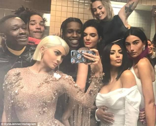 Một tay bắt hai cá, Kendall Jenner vừa yêu rapper lại vừa hẹn hò siêu sao bóng rổ - Ảnh 8.